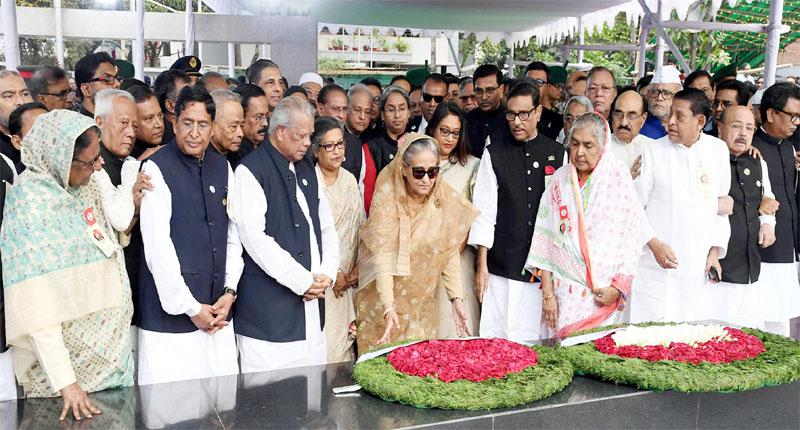 শেখ মুজিবুর রহমানের জন্মশতবার্ষিকী উপলক্ষে দলীয় নেতৃবৃন্দকে সাথে নিয়ে বঙ্গবন্ধুর প্রতিকৃতিতে পুষ্পস্তবক অর্পণে প্রধানমন্ত্রী