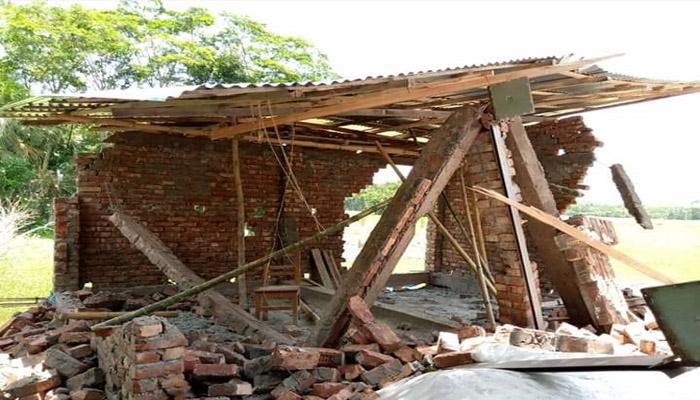পটুয়াখালীর বাউফলে হামলা চালিয়ে নির্মাণাধীন দোকান ভাঙচুর
